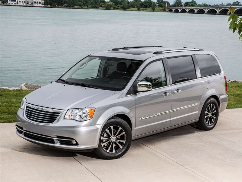 2015 Chrysler Town and Country gray front three quarter