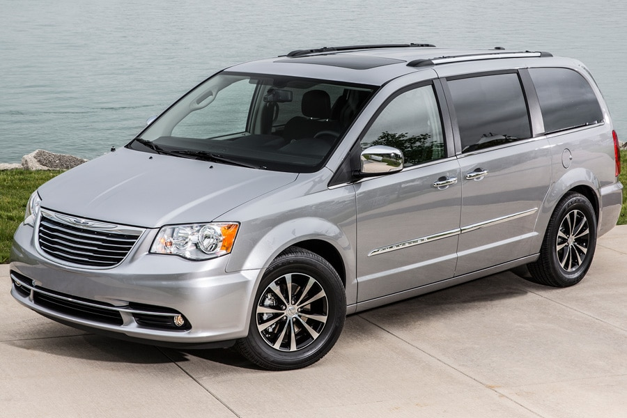2016-Chrysler-Town-and-Country-silver-front-34-by-the-water