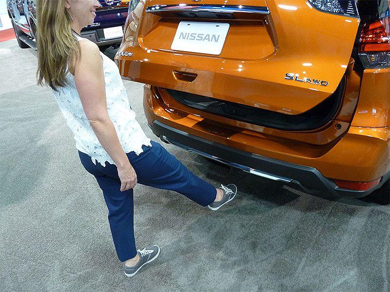 Como abrir o porta-malas usando o pé 2017-Nissan-Rogue-motion-activated-liftgate-by-Ron-Sessions