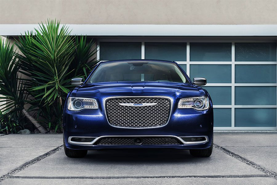 2020 Chrysler 300 grille 900x600