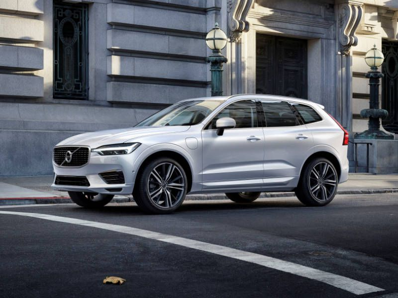 2018 Volvo XC60 R design T8 front three quarter