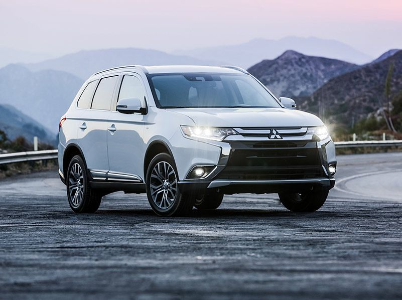 2018 Mitsubishi Outlander front three quarter hero